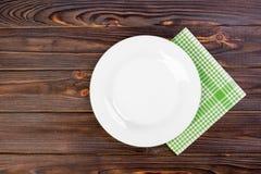 有餐巾的空的板材在灰色木桌上 库存图片