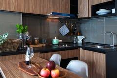 有餐桌的壁角厨房在屋子公寓里 免版税图库摄影
