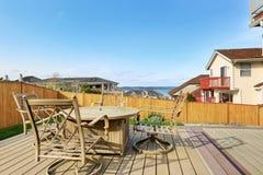 有餐桌集合的后院木甲板 免版税库存图片