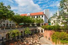 有餐馆和酒吧的庭院在s市中心 免版税库存图片