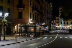 有餐馆的夜街道圣诞老人Margherita镇的,意大利 免版税库存图片