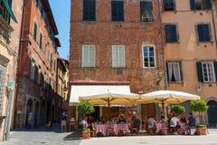 有餐馆的镇中心在卢卡,托斯卡纳,意大利 库存照片