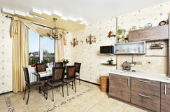 有饭桌区域的美丽的木厨房 免版税库存照片