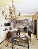 有饭桌和椅子的美丽的木厨房 免版税库存照片