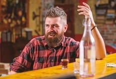 有饮料和放松的酒吧放松的地方 有胡子的人花费休闲喝强的酒精的 乐趣的饮料 o 免版税库存照片
