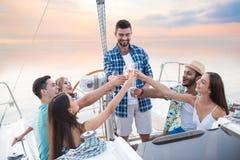 有饮料的人们在游艇 免版税图库摄影