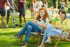 有饮料的女孩享受夏天的 免版税库存照片