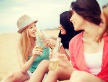 有饮料的女孩在海滩 免版税库存照片