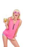 有饮料的微笑的白肤金发的女孩 免版税库存图片