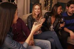 有饮料的朋友一起享受数日聚会的小组  图库摄影