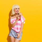 有饮料的笑的夏天女孩 免版税图库摄影