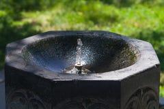 有饮用水特写镜头的,选择聚焦,浅DOF石喷泉 免版税库存图片