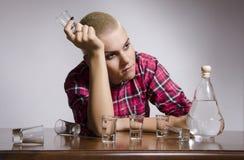 有饮用的问题的女孩,沮丧 免版税库存图片