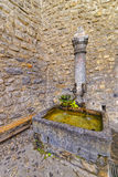 有饮用水的喷泉在Chillon城堡庭院里  库存图片
