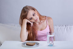 有饮食失调的沮丧的女孩 免版税库存照片