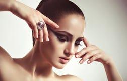有首饰圆环的时尚妇女。 免版税图库摄影