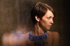 有首饰的好妇女 项链和耳环 混杂的光 库存图片