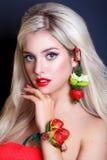 有首饰的性感的妇女从草莓和红色嘴唇 秀丽妇女与组成和发型 库存图片