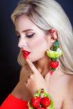 有首饰的性感的妇女从草莓和红色嘴唇 秀丽妇女与组成和发型 图库摄影
