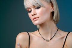 有首饰的端庄的妇女 美丽的项链妇女 与垂饰和耳环的年轻秀丽模型 首饰和 库存图片