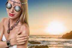 有首饰的年轻时尚妇女 免版税图库摄影