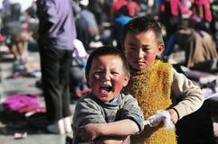 有香客的西藏儿童兄弟 图库摄影