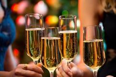 有香槟水晶玻璃的妇女的手  库存照片