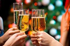 有香槟水晶玻璃的妇女的手  免版税库存照片