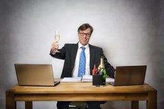 有香槟玻璃的商人 免版税图库摄影