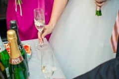 有香槟玻璃的新娘 免版税库存图片
