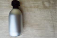 有香水的,科隆香水银色,金属瓶 免版税库存照片