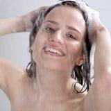 有香波的女孩洗涤的头 免版税库存照片