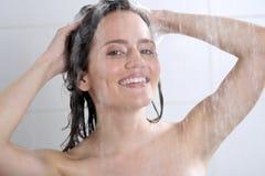 有香波的妇女洗涤的头 库存照片