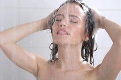 有香波的妇女洗涤的头 库存图片