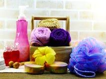 有香波的温泉辅助部件用肥皂擦洗并且淋浴奶油色卫生间产品 免版税图库摄影