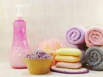 有香波的温泉辅助部件用肥皂擦洗并且淋浴奶油色卫生间产品 免版税库存照片