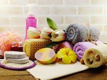 有香波的温泉辅助部件用肥皂擦洗并且淋浴奶油色卫生间产品 免版税库存图片