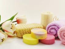 有香波的温泉辅助部件用肥皂擦洗并且淋浴奶油色卫生间产品 库存图片