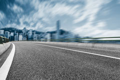 有香港都市风景和地平线的空的高速公路  免版税库存照片