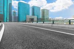 有香港都市风景和地平线的空的高速公路  库存图片