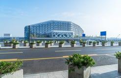 有香港都市风景和地平线的空的高速公路  免版税图库摄影