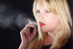 有香烟和烟的妇女 免版税库存照片