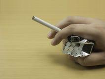 有香烟的人手 免版税库存图片