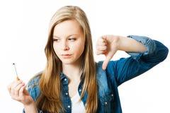 有香烟的十几岁的女孩 免版税图库摄影