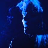 有香烟的妇女 免版税图库摄影