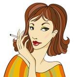 有香烟的深色头发的妇女 库存照片