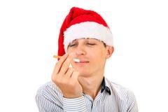 有香烟的年轻人 图库摄影