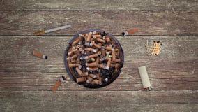 有香烟芽的充分的在表上的烟灰缸有打火机的和比赛停止运动样式 皇族释放例证