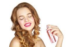 有香水瓶的可爱的女孩 免版税库存图片
