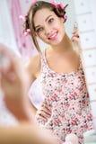 有香水的逗人喜爱的女孩在卫生间里 库存图片